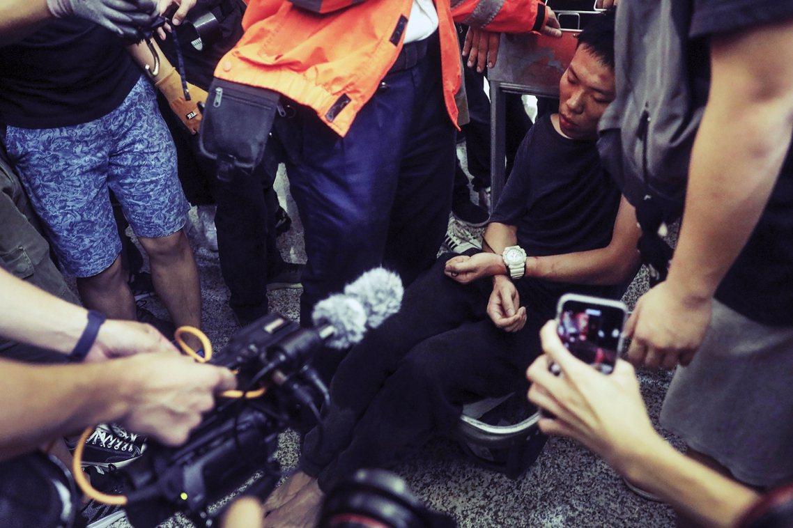 該名疑似公安的中國男子的出現、被捕,讓現場的氣氛急遽升溫——因為這是眾人第一次抓...