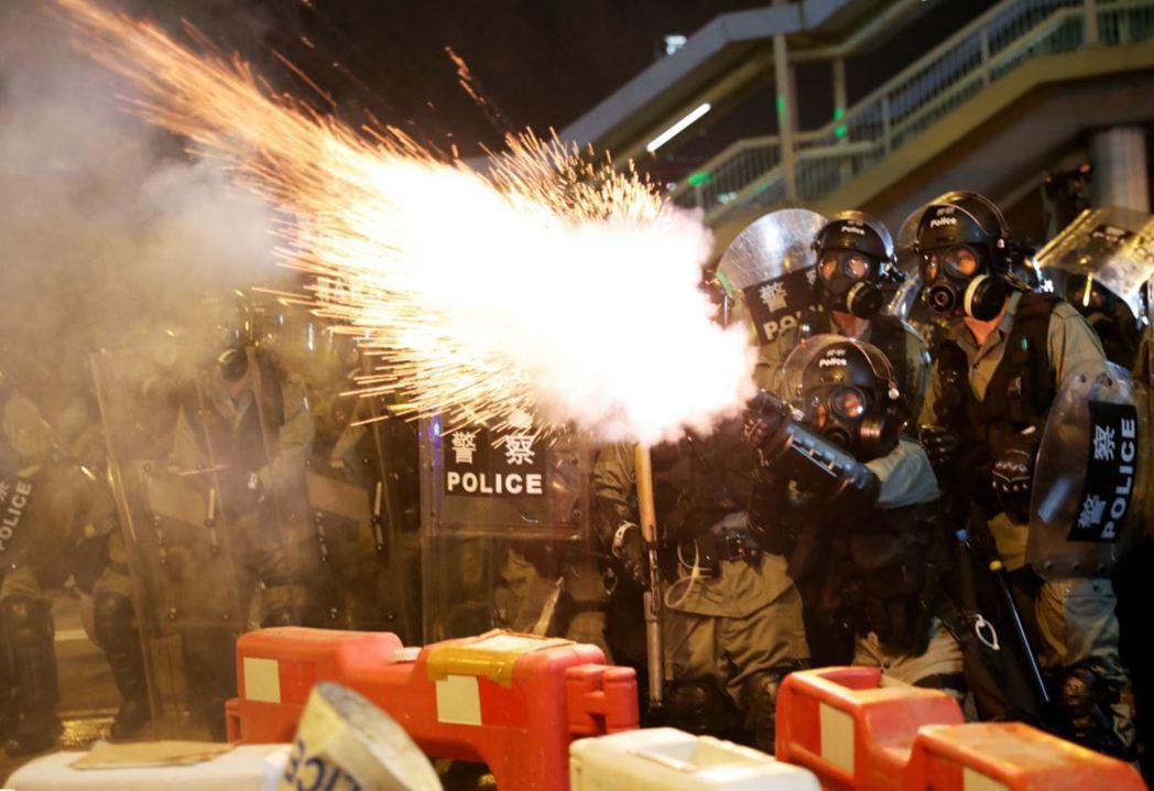 關於解放軍早已混入香港警隊中參與鎮壓的謠言四起,更加深了對特區政府的不信任。 圖/路透社