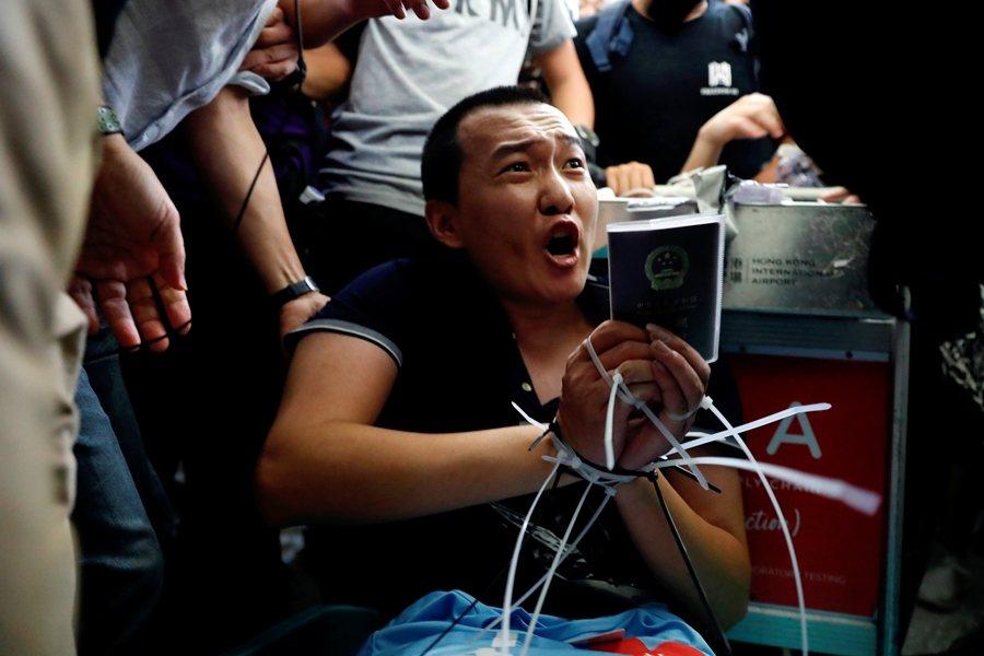 中國官媒《環球時報》記者被圍。攝於8月13日,香港。 圖/路透社