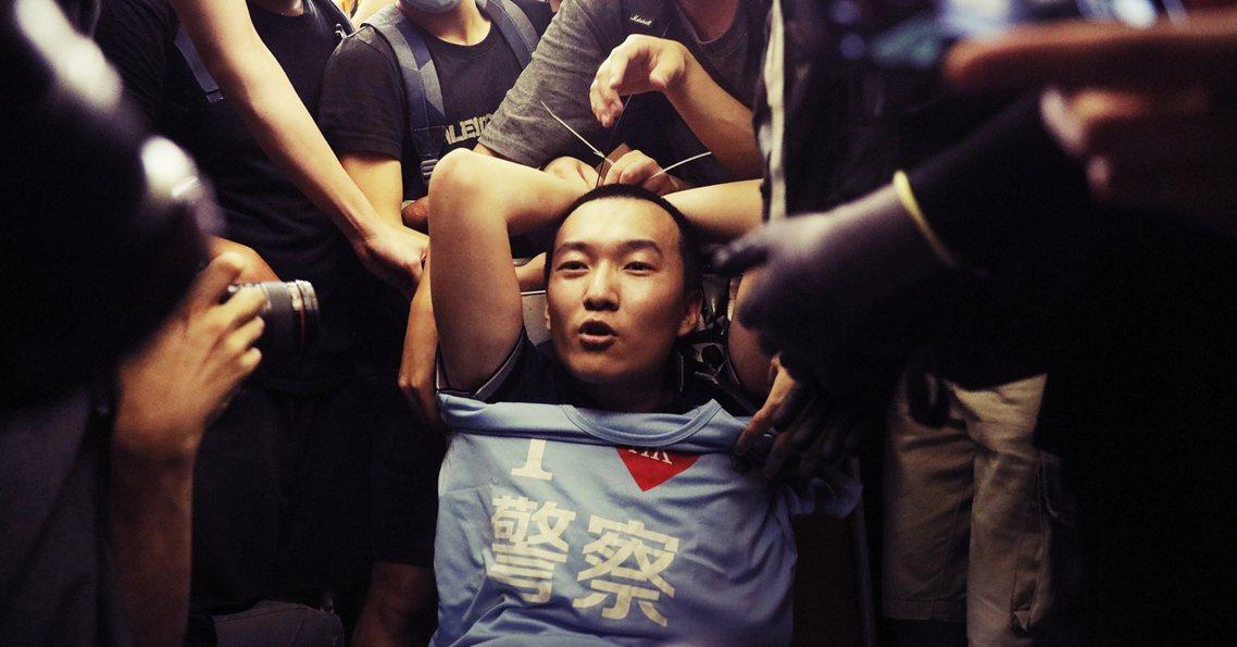 香港813反送中示威,一名中國官媒《環球時報》的特派員被機場示威群眾指認表示,不...