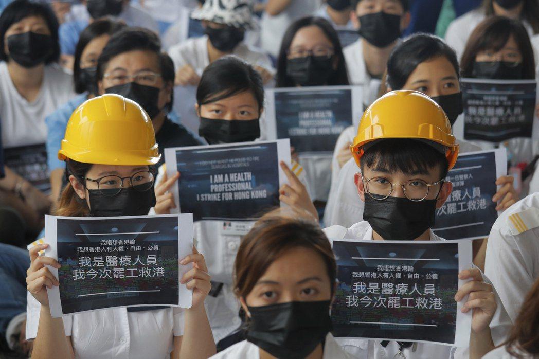 攝於8月13日,醫護人員自發靜坐抗議警方濫用武力、政府漠視民意。 圖/美聯社