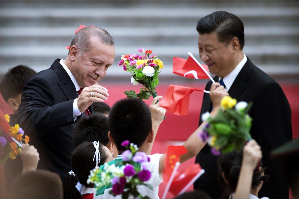 但比起西方國家的大膽批評,「同文同種」的土耳其在面對新疆維吾爾問題時,態度卻顯得...