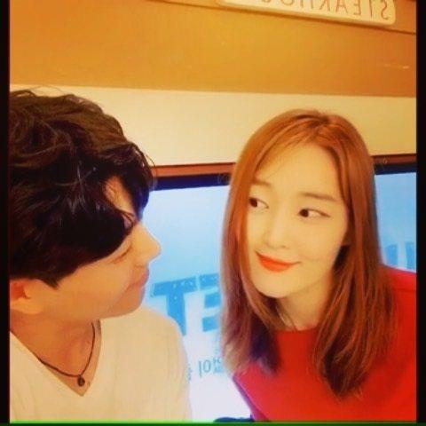 雅凜與男友甜蜜對看。圖/擷自IG