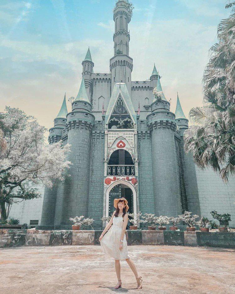 新竹關西佛陀世界宛如置身在迪士尼樂園的錯覺。圖/IG網友carideeliu授權