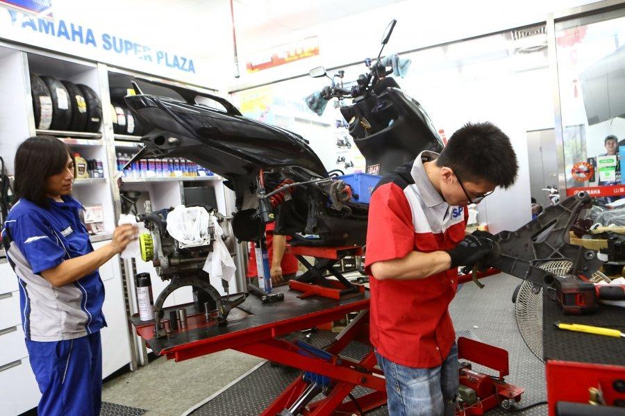 為協助傳統機車行轉型,經濟部將聯手車廠及工商會師資,開設油電維修考訓合一的課程,...