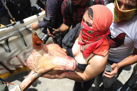 墨西哥首都警察在短短7天內,接連爆發的4起重大性侵事件。12日,數百名憤怒的女性...
