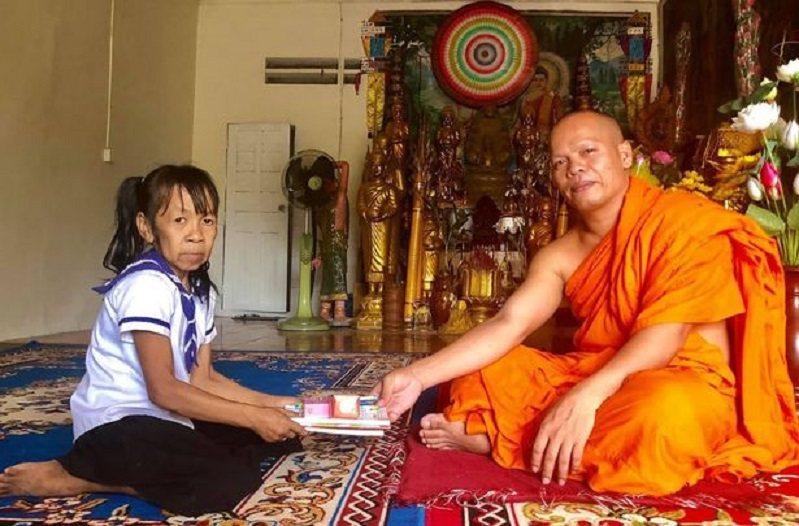 當地僧侶告訴拉克辛,是因為她前世做了壞事,輪迴後沒有把業障清除,所以才讓她罹患怪...