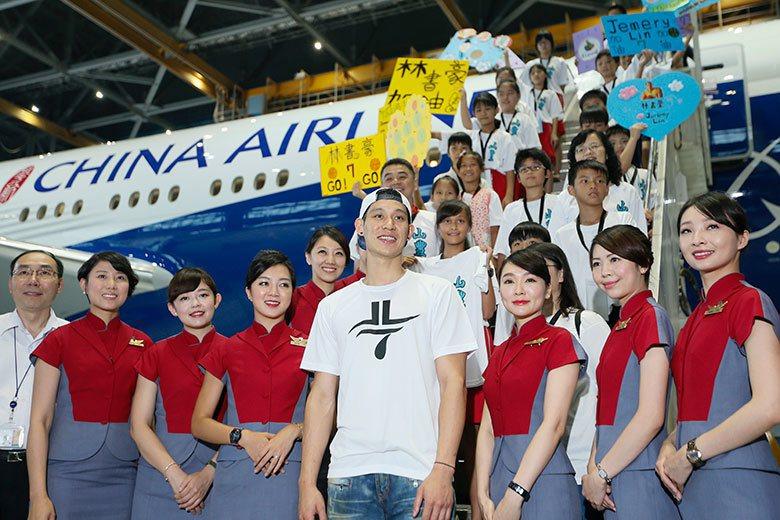 林書豪(中)在台灣和中國都有超高人氣,他若到CBA打球也很方便隨時返台,在兩地都...
