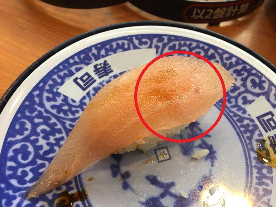 一名女子到桃園中壢的連鎖迴轉壽司店用餐,眼尖注意到生魚片上竟然有數十隻白色細蟲在...