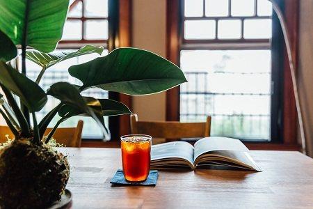 米力很常出沒於大稻埕,在老屋中悠閒地品嘗咖啡。 (攝影/林冠良)