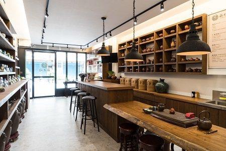 「福大同茶莊」有著170年歷史,古樸的茶具和明亮的空間對比呈現老店的新姿態。 (...
