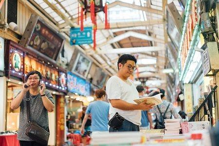 華西街如同城市的縮影般,可以看盡各式各樣的人生,更能遇見專門販售命相易經書籍的專...