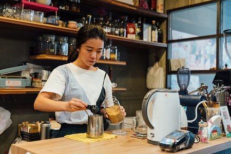 呆待咖啡創辦人自小在剝皮寮長大,把當地著名的「涼粉伯」麵茶加入咖啡,成就新舊交融...