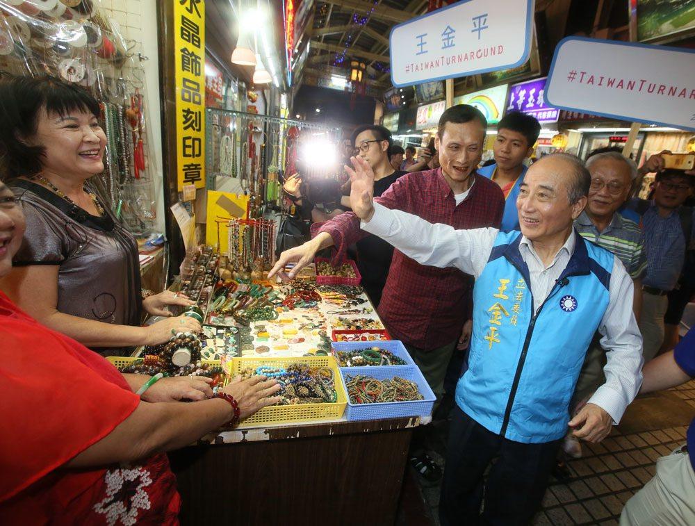 王金平(前右)不想再幫人抬轎,而是打算直接當坐轎的主帥。攝影/柯承惠