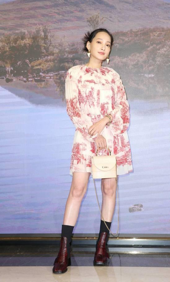 林映唯演繹紅白法式印花短洋裝11萬4,600元、Bea大理花紅襪靴45,100元...