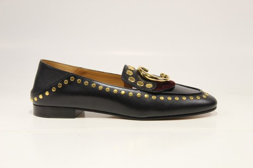 Chloé C黑色鉚釘樂福鞋,售價26,400元。圖/Chloé提供