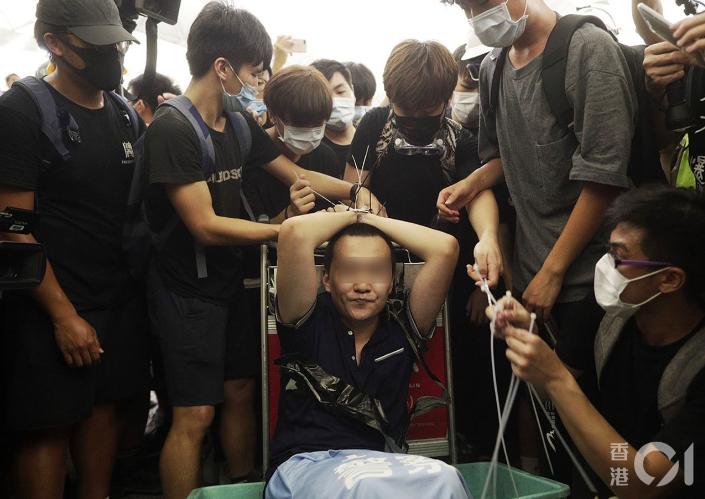 8月13日機場集會,晚上11點多,示威者用索帶綁一大陸男子。後證實他是環球時報記...