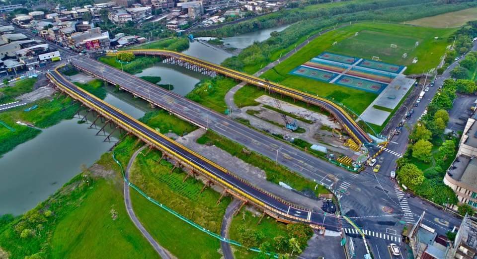 空拍下的宜蘭橋,凸顯它是進出宜蘭市主要幹道,兩旁是新搭的剛便道。圖/陳相達提供