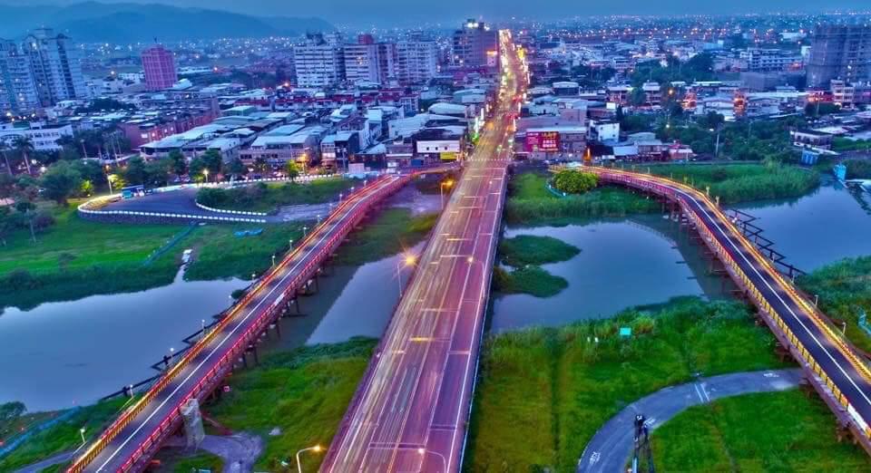 華燈初上的宜蘭橋讓人驚豔,兩旁是新搭的剛便道。圖/陳相達提供