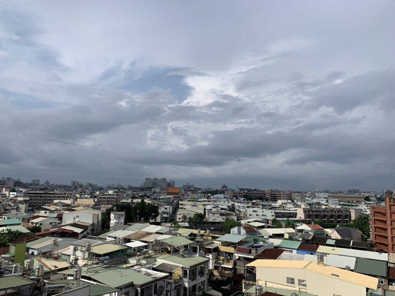 屏東地區今早雨勢方歇,屏東市略見陽光,不過天空仍是烏雲籠罩。記者翁禎霞/攝影