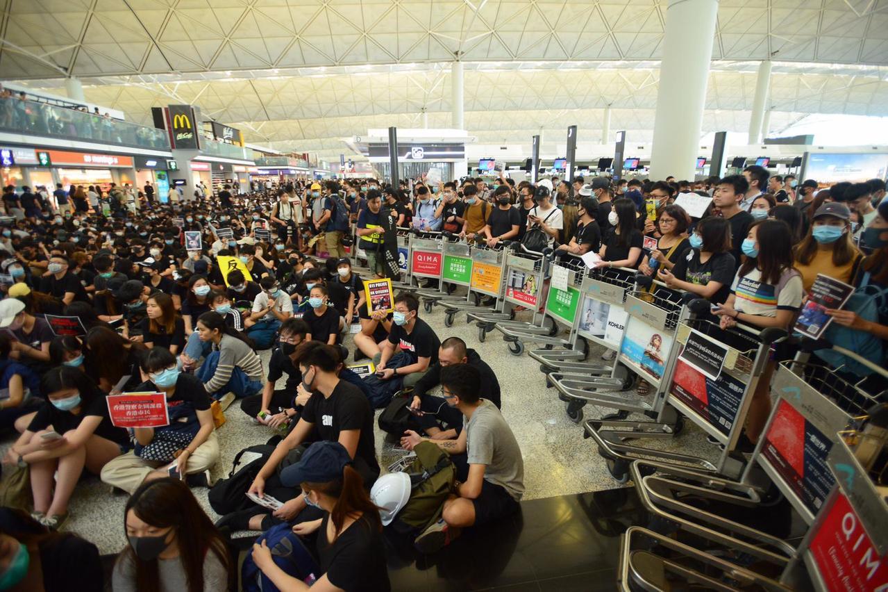 香港機管局表示已取得法庭臨時禁制令,禁止任何人非法地及有意圖地,故意阻礙或干擾香...
