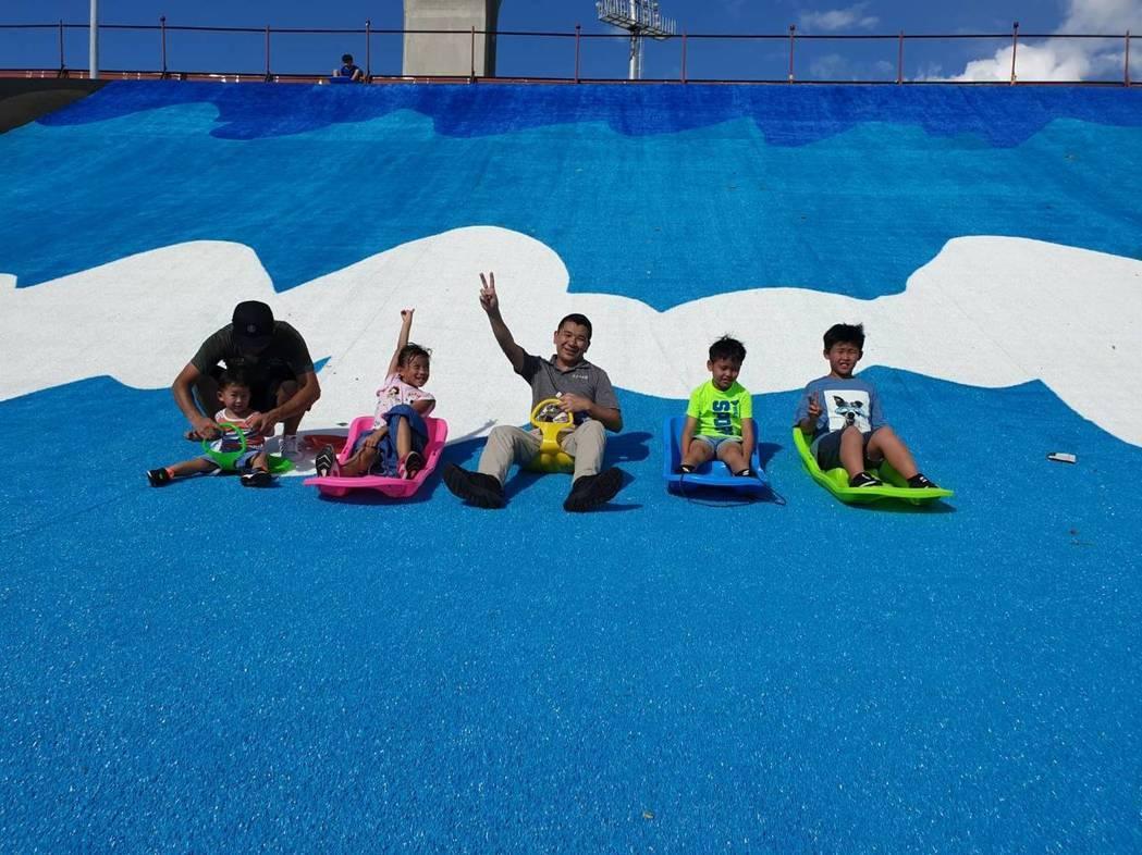 三重大台北都會公園瀑布滑草場即將在8月18日正式啟用。圖/新北市水利局提供