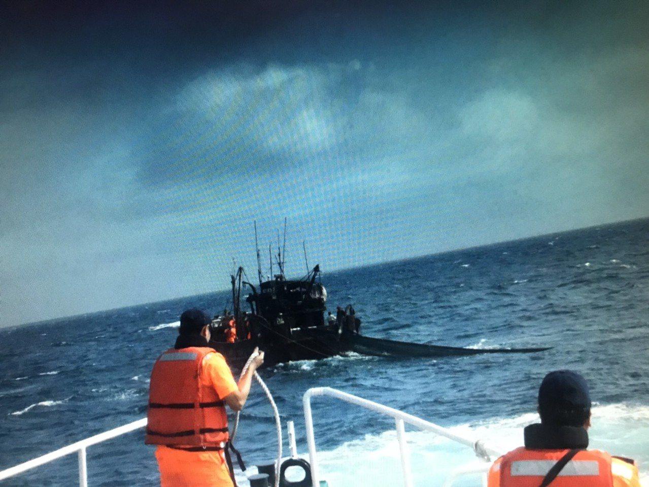 大陸漁船越界捕魚,海巡署人船帶回。圖/海巡署提供