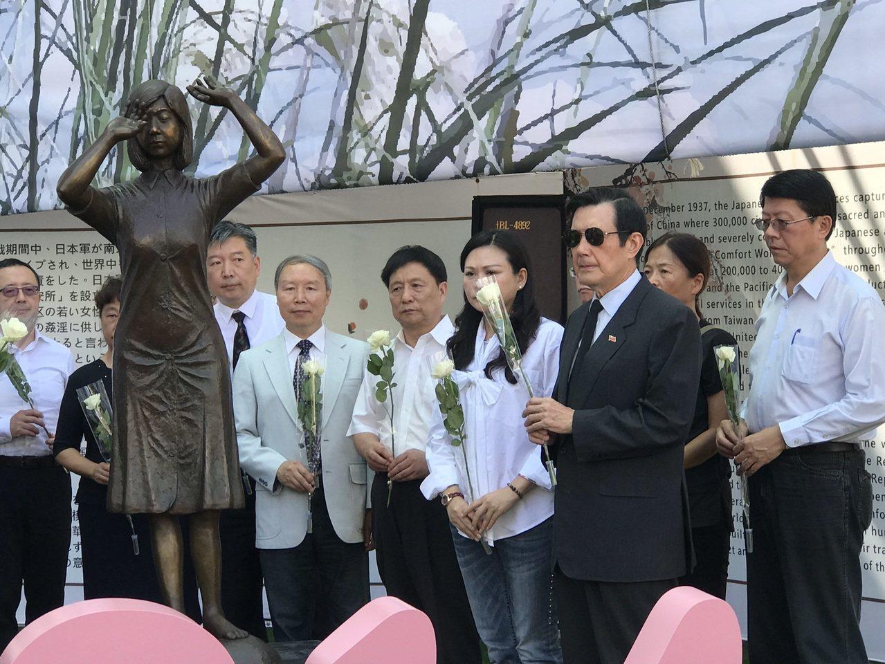 前總統馬英九(右二)今天到台南出席慰安婦紀念日追思會 。記者鄭維真/攝影