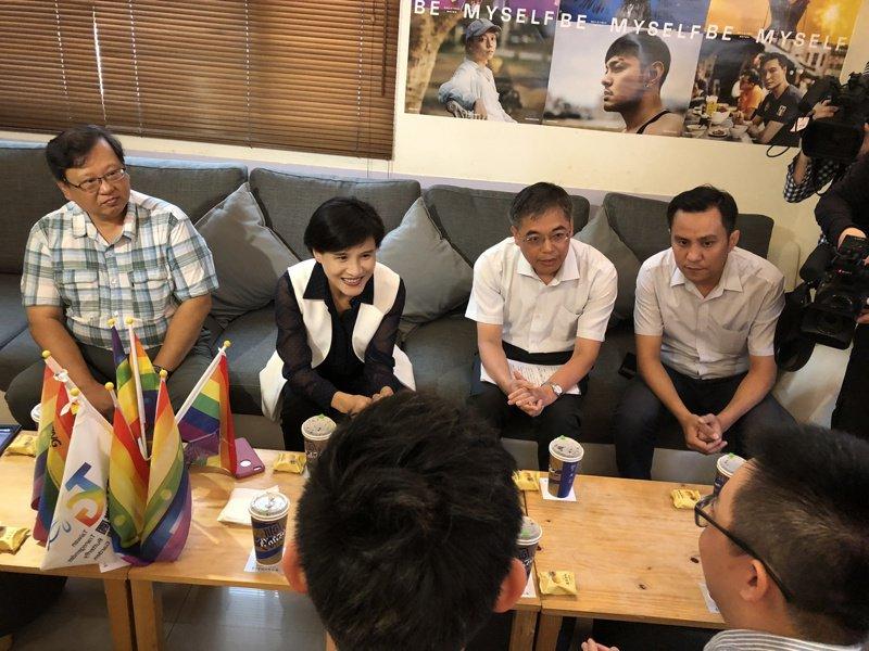 鄭麗君今走訪台中多個文化平權及社造團體,宣示全國社造會議系列論壇啟動。圖為造訪台灣基地協會。記者何定照/攝影