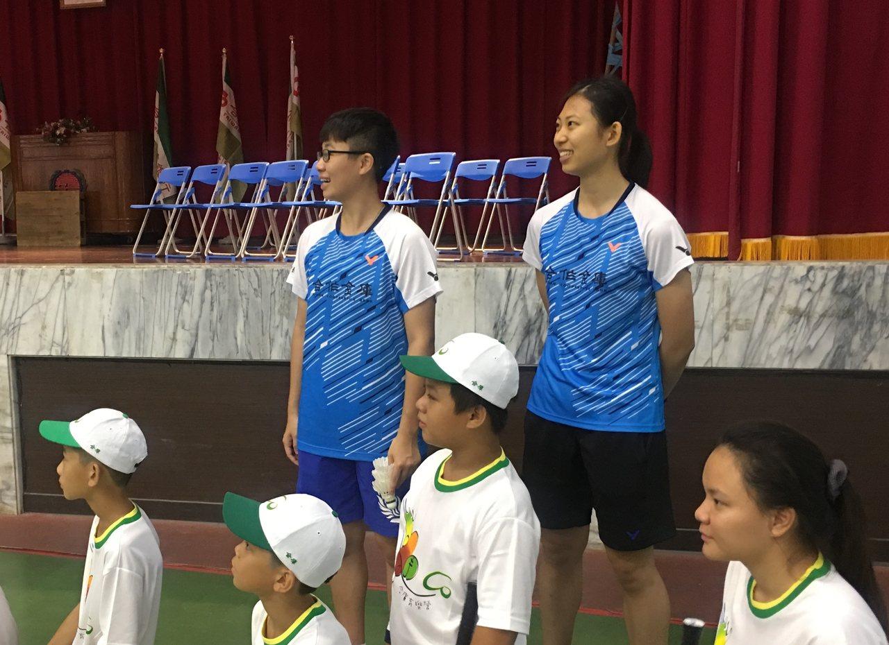 胡綾芳(藍衣右)從合庫育樂營小學員到教練。記者曾思儒/攝影