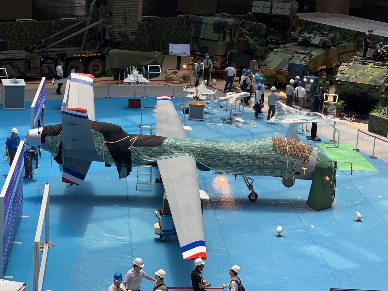 「國防館」將展出的大型無人機,目視並未有武器掛載點,現場説明強調機體屬「中高度、...