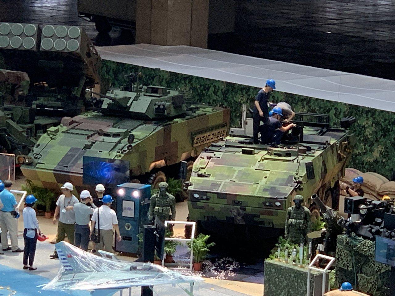 2019年「台北航太暨國防工業展」展出「雲豹甲車M2樣車(右)、30鏈砲型甲車」...
