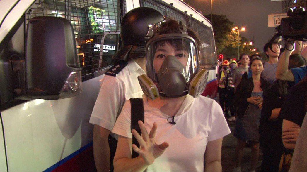 壹新聞主播陳雅琳戴上防毒面具。圖/壹電視提供