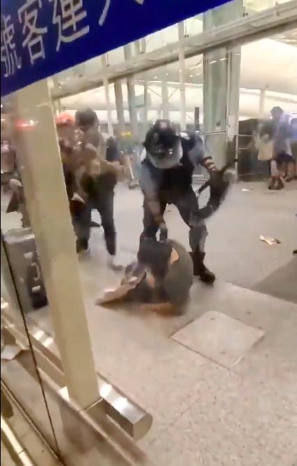 一名警察撲向一名女子,將其拉起時,一旁示威者隨即衝上前。圖/取自微博影片擷圖