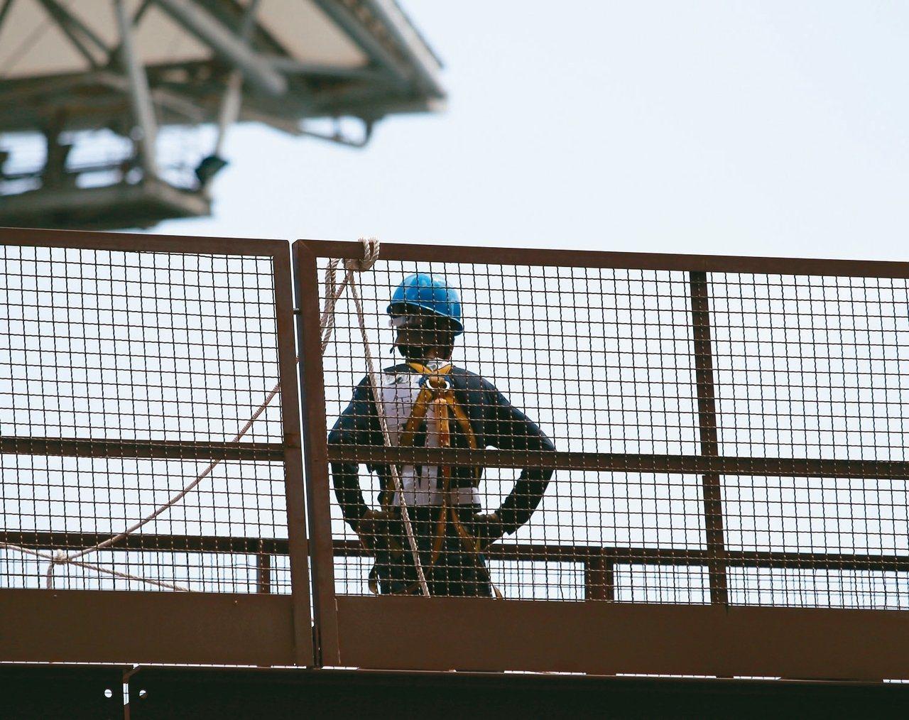 陳姓化學槽車駕駛員從槽車高處摔落,右手肘失能,橋頭地方法院判雇主賠償33萬496...