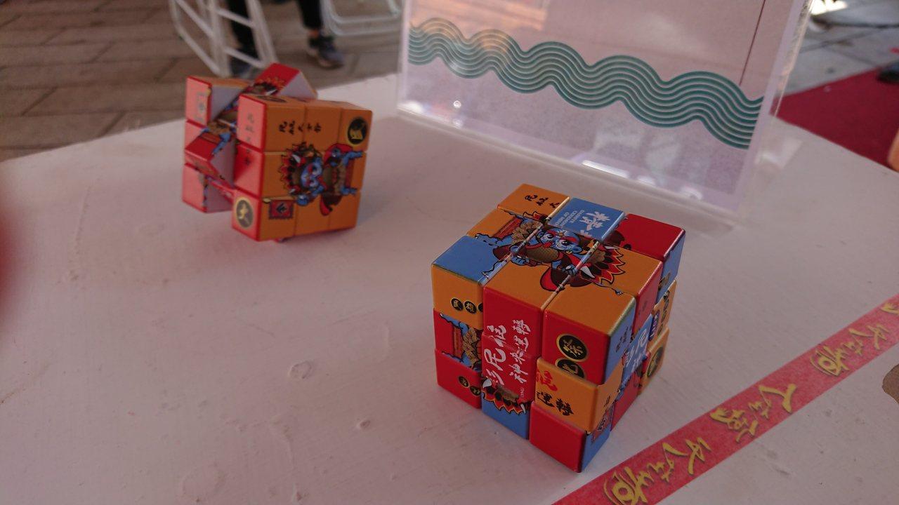 每年大士爺文化祭,主辦單位都開發許多文創商品。記者卜敏正/攝影