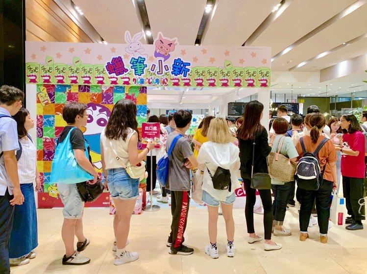 「蠟筆小新放暑假」期間限定店大排長龍。記者張芳瑜/攝影