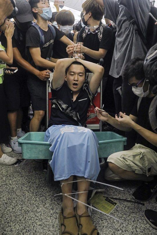 香港國際機場13日下午再度被「反送中」群眾癱瘓,《環球網》香港特派記者付國豪(中...