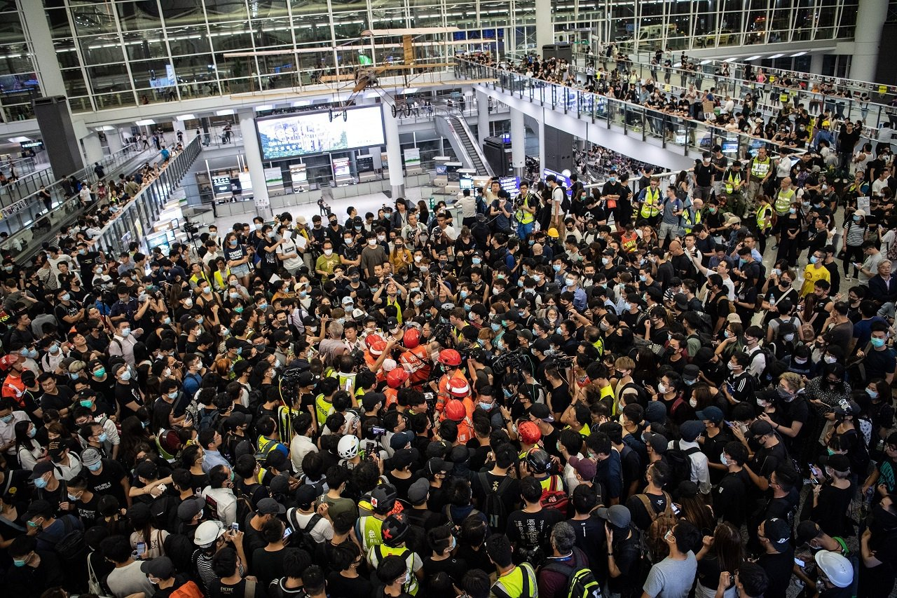 香港國際機場13日下午再度被「反送中」群眾癱瘓,晚間卻發生一名男子被群眾懷疑是臥...