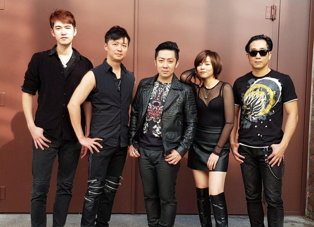 「87樂團」艾成(中)跟王瞳(右二)甫傳出情變,阿修羅(右起)、何豪傑、樂咖在旁