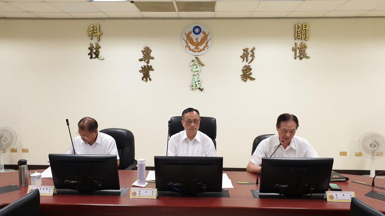 警政署長陳家欽(中)南下台南市警局聆聽基層心聲