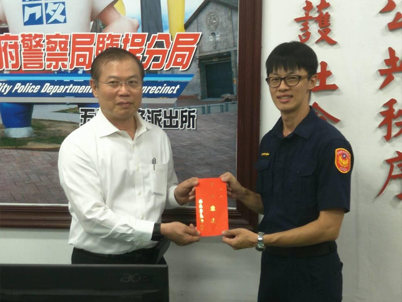 市警局長李永癸(左起)表揚警員顏長弘。記者林伯驊/翻攝