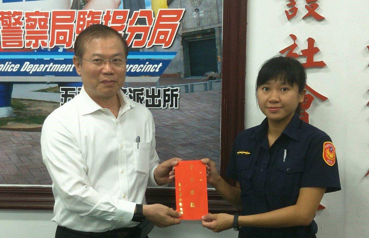 市警局長李永癸(左起)表揚警員許雅筑。記者林伯驊/翻攝