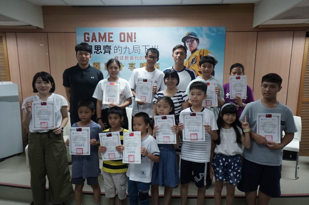 身兼球芽棒球發展協會理事長的周思齊,今天到花蓮與小球員們分享,並頒發閱讀獎金。記...