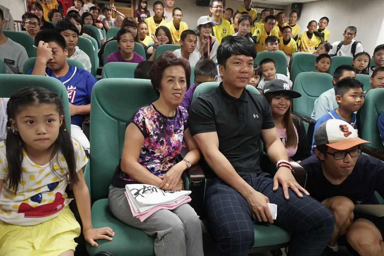中職球員周思齊(左3)出身花蓮,他國中時候的老師陳秀珠(2)今天專程到場,參加他...