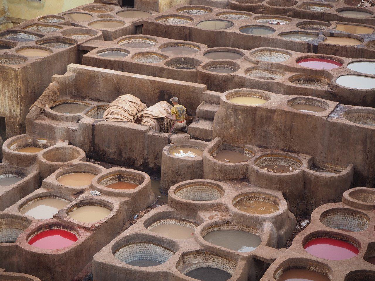 染缸裡勤奮工作的工人,得染受惡臭與汙染,日日浸泡在染缸裡。記者羅建怡/攝影