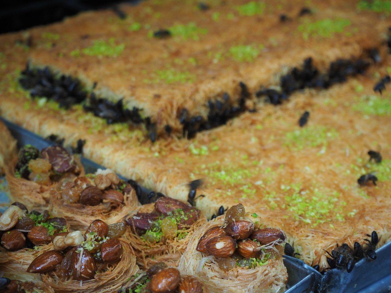 菲斯的甜點,布滿飛舞或嘗食的蜜蜂。記者羅建怡/攝影
