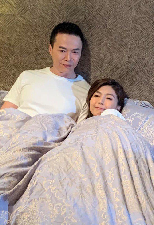 吳鈴山po出和正宮娘娘的合照,證明外遇一切都是演戲。圖/摘自臉書