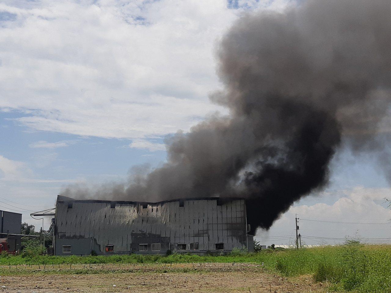 高雄市燕巢去中安路一間鐵皮工廠起火,1名工人灼傷送醫。記者賴郁薇/攝影