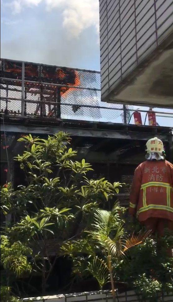 新北市消防局今天上午獲報,板橋區三民路一棟7層樓建築頂樓冒出火煙,消防人員趕抵現...